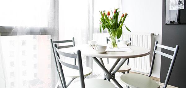 Bild-pa-stolar-och-bord-lagenhet